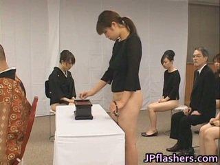 Asyano girls pumunta upang simbahan half hubo't hubad