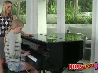 Bossy pianoforte insegnante milf spanks giovanissima culo