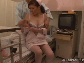 Asiática enfermeira has amazingly bumped por um de dela patients