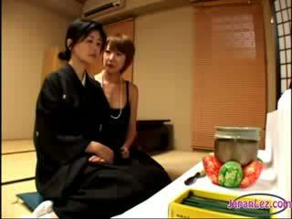 2 vyzreté widows bozkávanie rubbing melóny jeden na je getting ju bradavky sucked na the lôžko