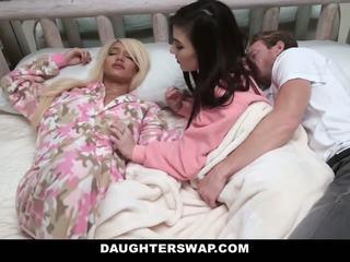 Daughterswap - swapped এবং হার্ডকোর সময় sleepover