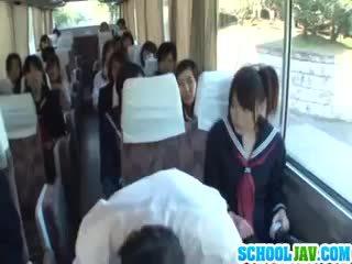Teismeline edasi a avalik buss puts tema nägu sisse a buss rider lap