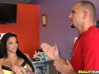 Mladý a busty latina salesgirl abella anderson