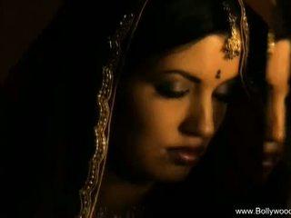 Bollywood nudes: 美しい インディアン ベイブ 表示 彼女の ヌード ボディ.