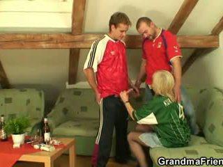 Vecs blondīne pleasing two friends