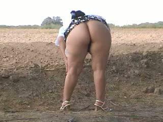 Piss χοντρός/ή κώλος pee σε δρόμος. bebita μεξικάνικο πόρνη