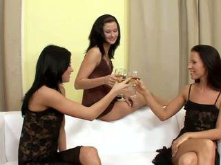 Suzi 과 jane 과 lulu superb 레즈비언 음주 과 옷을 벗고 에 그만큼 소파