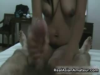 Hårete fitte asiatisk hottie handjob