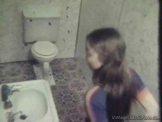 Pieprzenie onto the washroom podłoga