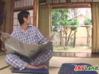 Seksualu japoniškas namų šeimininkė su didelis papai