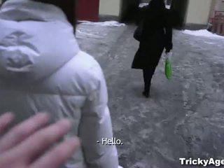 Tricky agent: owadanja ýaşlar aldalan by an agent