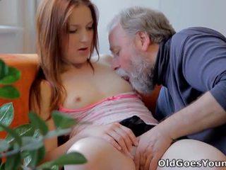 Vieux goes jeune: ado sveta baisée par vieux homme