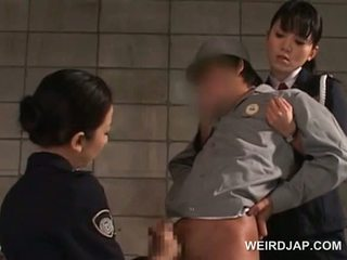 ディック starved アジアの 警察 女性たち giving 手コキ で 刑務所