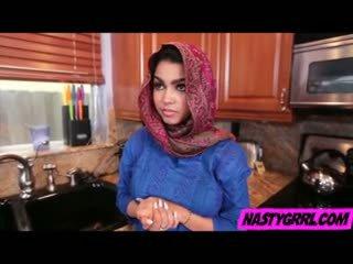Hijabi islak gömlek ada has için emmek floppi göğüsler ve obey