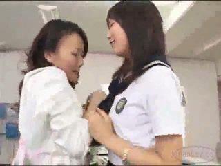 Lehrer im rock getting sie muschi licked stimulated mit vibrator von schulmädchen auf die tisch im die schools büro