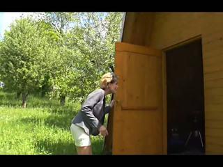А бабичка навън там: на открито hd порно видео 57