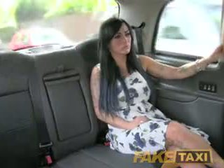 Fake taxi σέξι masseuse gets πατήσαμε επί αμάξι bonnet