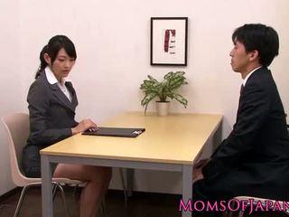 Innocent asiatique nana licking classe mature boîte