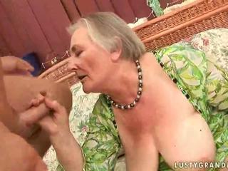 Mycket gammal bystiga grannyen enjoying het kön