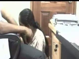 Indisk jente suging kuk i den kontor