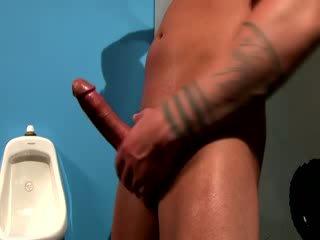 Se tough muscular hingst sperm alle løpet hans hånd og arm