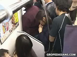 Innocent nastolatka macane do orgazm na pociąg