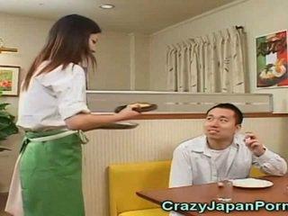 Hullu porno kanssa japanilainen waitresses!