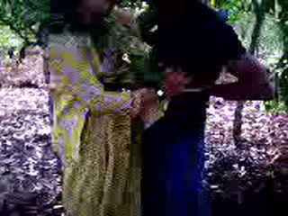 Guy succeeded i til faen hans jente venn i skog