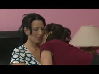Milf seduces haar vriend voor verbazingwekkend lesbisch seks