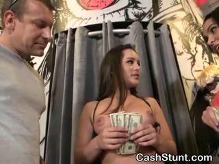 ผมสีบรูเนท สมัครเล่น การดูด หำ สำหรับ เงินสด ในระหว่าง เงิน talks stunt
