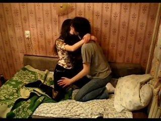 Aasialaiset pari suutelua