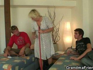 角質 ティーン roommate fucks ホット おばあちゃん