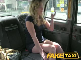 Faketaxi καυλωμένος/η νέος έφηβος/η takes επί γριά καβλί