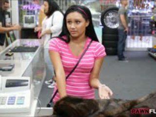 Pupa posed nudo su cam in il retrobottega di un pawnshop