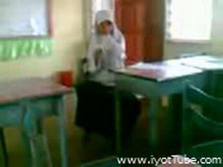 Video - malibog na classmate pinakita ang pepe sa kelas