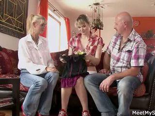 Het momen och pappa ( parents) göra deras dotter naken och har kön