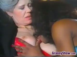 Lesbijskie babcia loves słodkie czarne cipka