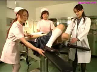 בובה getting שלה puss examinted עם המפשק licked על ידי רופא מלונים rubbed על ידי 2 nurses ב the פעולה חדר