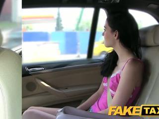 Fake taxi brunette screams sur grand bite