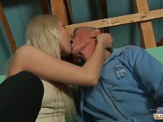 Ujo vanha guy seduced mukaan blondi teinit