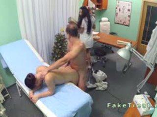 医生 fucks 清洁的 女士 和 护士
