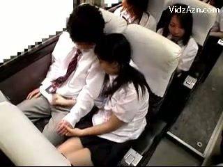Κορίτσι του σχολείου τραβώντας μαλακία μακριά από guys καβλί επί ο schools λεωφορείο ταξίδι