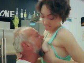 Cutie kool tüdruk esimene aeg keppimine vana mees closeup sperma neela video