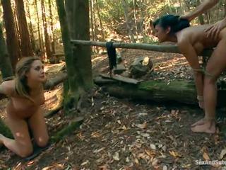 Tied omhoog chanel preston has haar bruin tunnel bumped in een bos