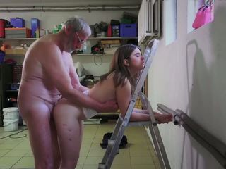 Slutty servitoare futand porno addict bunic gets gură.