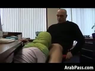 Broke arab fucks em an escritório para dinheiro