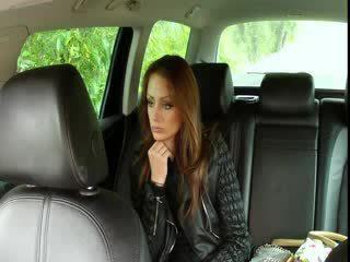 巨乳 褐发女郎 fucks 大 迪克 在 fake taxi