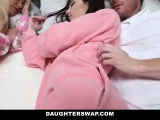 Daughterswap - daughters fucked laikā slumberparty