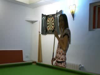 Two babes in aýakgap on billiards table