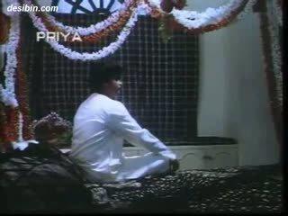 Desi suhaag raat masala וידאו a חם masala וידאו featuring guy unpacking שלו אישה ב ראשון לילה